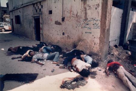 Ciała Palestyńczyków zamordowanych w Szatili na rozkaz Szarona