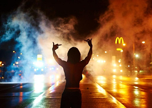 demonstrators-defy-curfew-ferguson