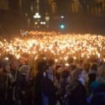 """""""Jesteśmy Łotyszami!"""" – 17 000 osób z pochodniami na ulicach Rygi"""