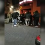 """""""Antyfaszyści"""" pobili kobietę za bransoletę w barwach narodowych"""